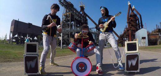 おもちゃの楽器だけ!バンドがRage Against the Machineの「Killing in the Name」を演奏