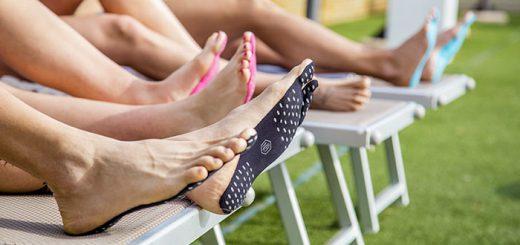 足の裏に貼り付けるだけ!シールタイプのビーチサンダルが発売