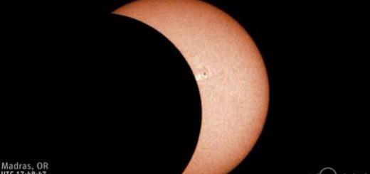 【悲報】皆既日食が「ホットパンツと黒ニーソの隙間からふとももがちらりと見えてる」画像にしか見えない