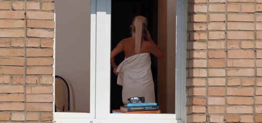 向かいのビルの女性がタオル一枚!カメラでズームアップするとまさかの展開に…