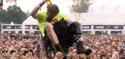 車椅子の男性をリフト!ヘヴィメタルのライブは超バリアフリーだと話題