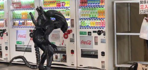 リプリーも真っ青!?自動販売機でジュースを飲みたそうなエイリアン見つかる【動画】