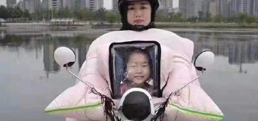 遺影を掲げて走っている!?親子で一緒に使えるバイク用の雨合羽がシュール