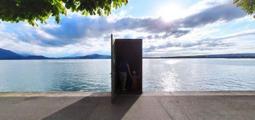スイスの湖畔に「異世界への扉」が出現!?その驚きの正体とは…